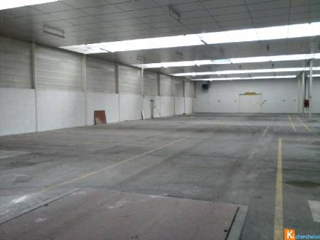 Local de 1600 m2 - 50 places de parking
