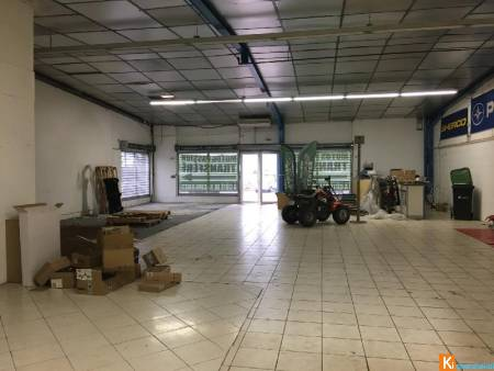 CHARLEVILLE - LOCAL COMMERCIAL D'ENVIRON 260M2 AVEC BUREAU ET PARKING