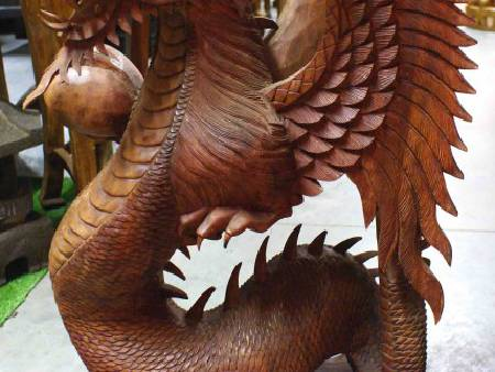 grand dragon ailé en bois - H: 77 cm