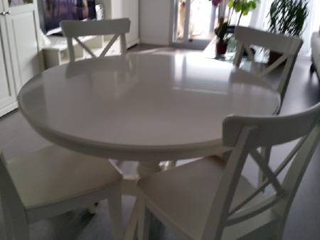 table ronde blanche + 6 chaises blanches