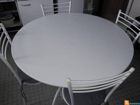 Table ronde blanche avec chaises assorties
