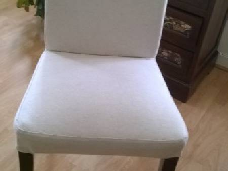 une table ronde,4 chaises