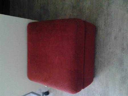 pouf rouge imitation velours