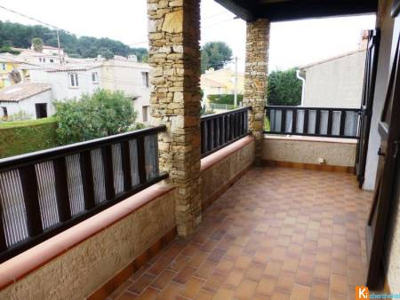 HAUT DE VILLA T4 AVEC TERRASSE ET PARKING PRIVATIF SIX-FOURS 83140