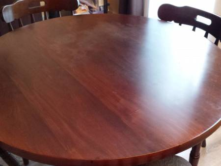 table + ses 4 chaises